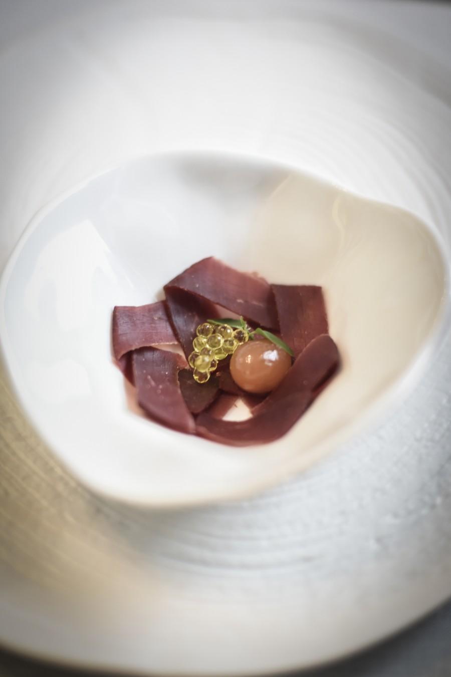 Carpaccio de cecina de ciervo Artemonte con vinagreta de granada y tomate