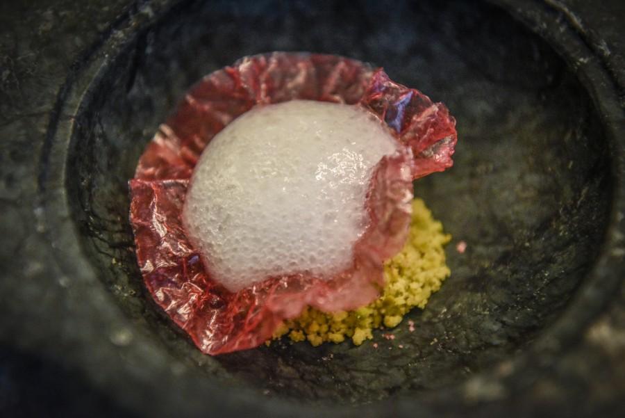 Flor de Hibiscus con Gin Mare y crumble de pistachos con Flor de Sal d'Es Trenc Hibiscus 2