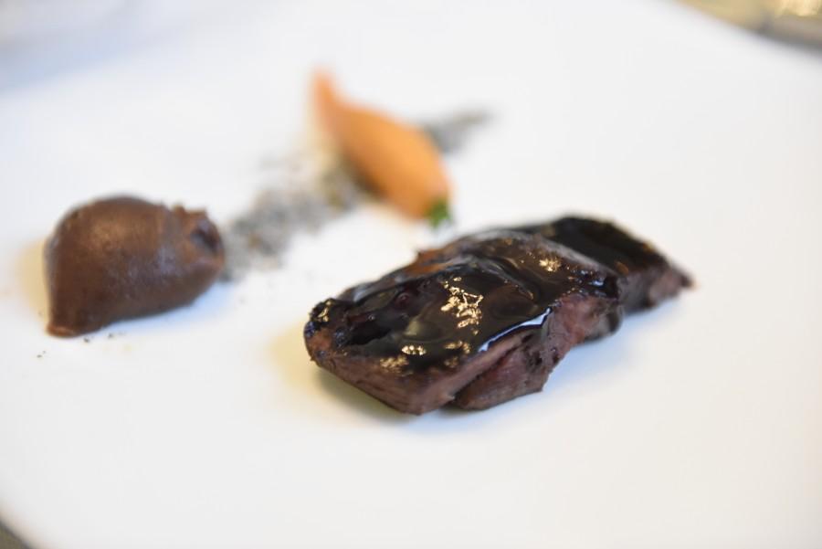 lomo de ciervo Artemonte con aroma de Habla nº 14 con boniato, castaña y mermeladas de frutos rojos de Lorusso