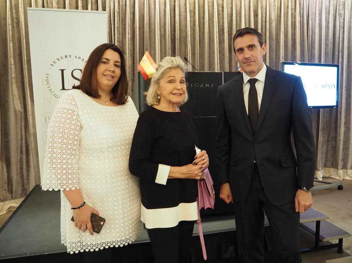 En la imagen, S.A.R la Princesa Béatrice d'Orléans y Cristina Martín, Presidentas de la Asociación Española del Lujo junto a Kostas Sfaltos, Director del Hotel Bvlgari Londres