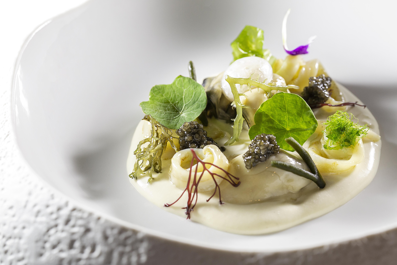 LASARTE_Crema fría de ostra, frutos del mar, algas y cebollitas adobadas